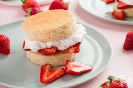 Мини кексчета със сметанов крем и ягоди - изображение