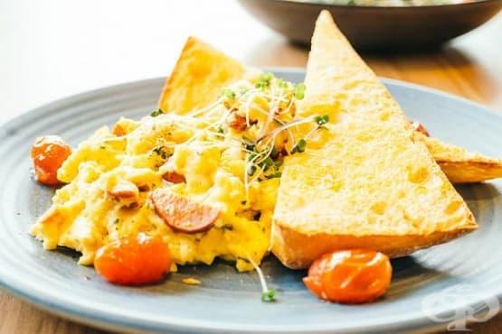 Бъркани яйца с печена чушка, спанак и пармезан - изображение