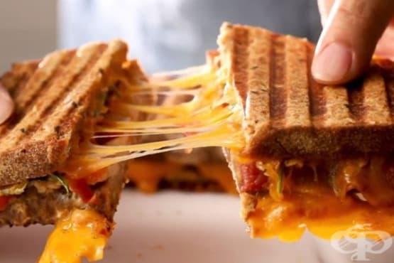 Сандвич на грил с чедър, пилешко и домати - изображение