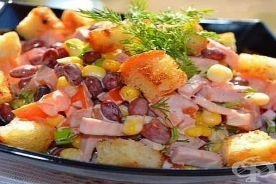 Бобена салата с домати, шунка и крутони - изображение