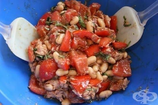 Бобена салата с риба тон, домати и босилек - изображение