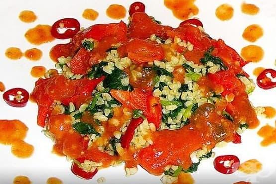 Булгур със спанак, печени чушки и доматен сос - изображение