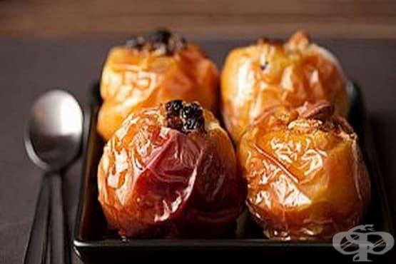 Печени ябълки с лешници и шоколад във вино - изображение