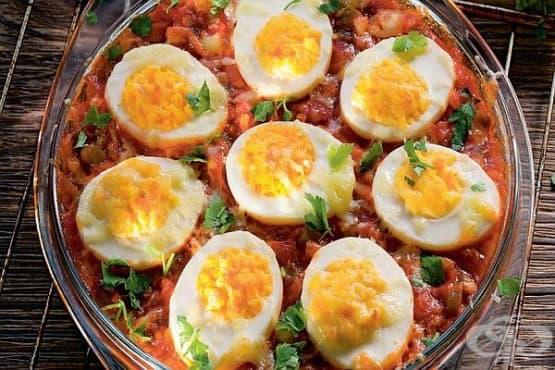 Яйца в доматен сос с кашкавал и сметана - изображение