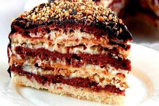 Торта със сметанов крем, орехи и шоколадова глазура - изображение