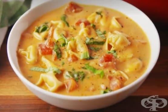 Доматена супа с тортелини и спанак - изображение