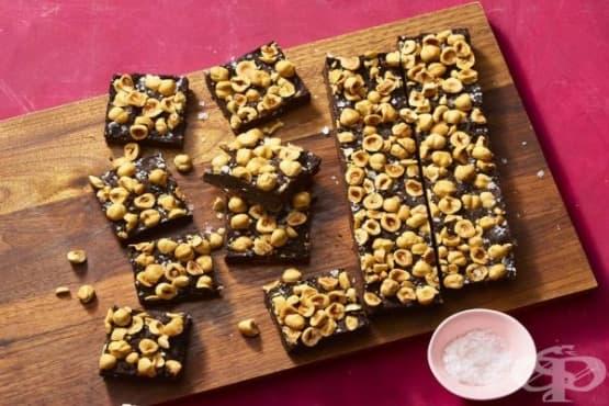 Шоколадов сладкиш без печене с лешници - изображение