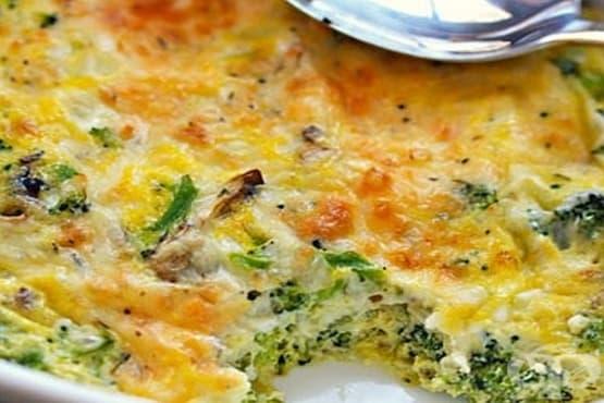 Броколи с яйца, лук и гъби на фурна - изображение