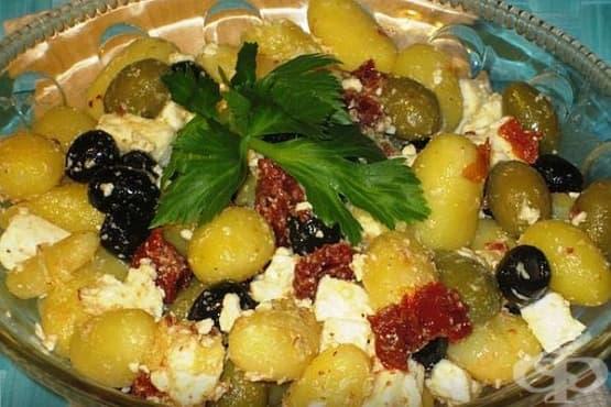 Картофена салата със сушени домати, маслини и сирене - изображение
