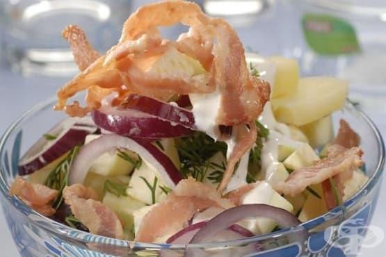 Картофена салата с пилешки гърди и ябълка - изображение