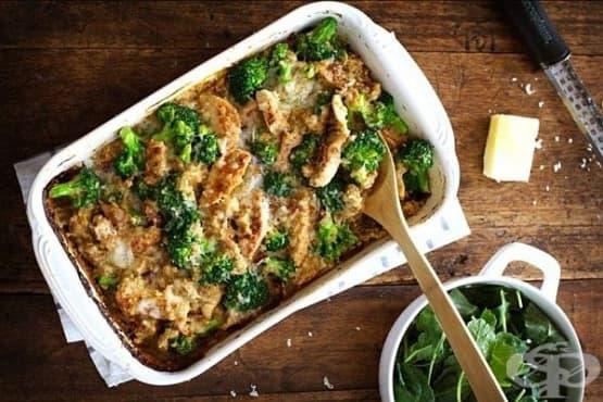 Пилешко с броколи и пармезан в сос бешамел на фурна - изображение