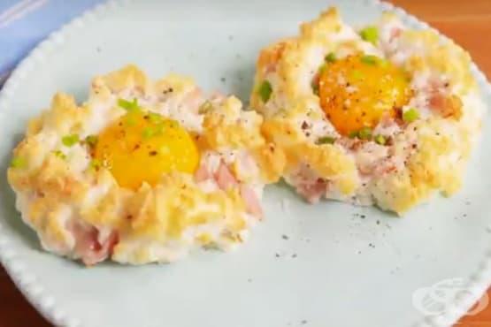 Яйца на фурна с шунка и пармезан - изображение