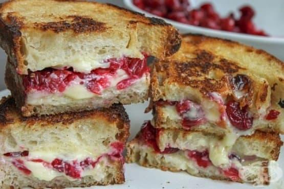 Топли сандвичи със сирене бри и боровинково сладко - изображение
