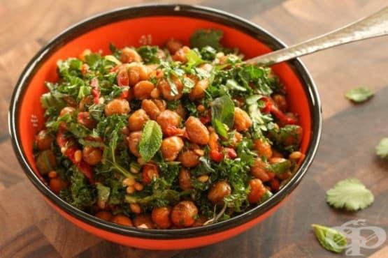 Топла салата от печен нахут, кейл и сушени домати - изображение