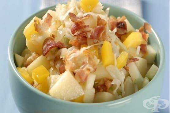 Салата от кисело зеле с ябълка, картофи и бекон - изображение