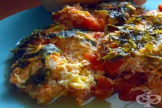 Яйца с домати, лук и парченца кашкавал - изображение