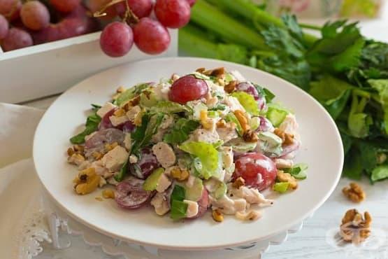 Пилешка салата с грозде, целина и орехи - изображение