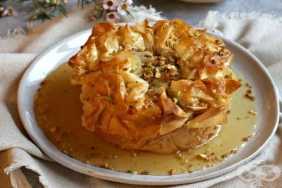 Баклава с крема сирене и меден сироп - изображение