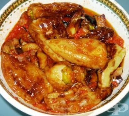 Чушки и патладжани в доматен сос с лук - изображение