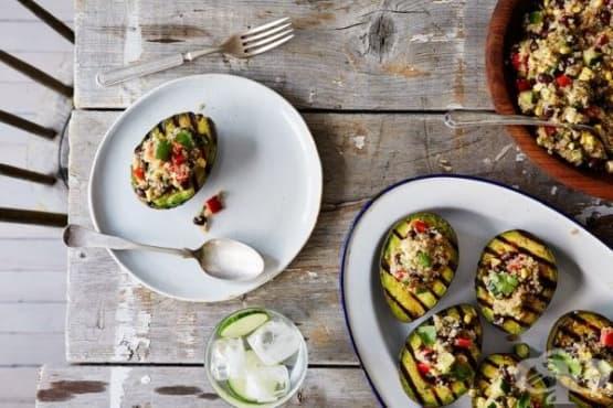 Авокадо на грил със салата с киноа - изображение