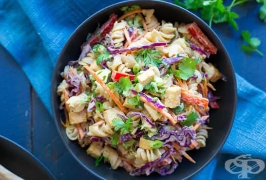 Азиатска салата с паста, фъстъчено масло и зеленчуци - изображение
