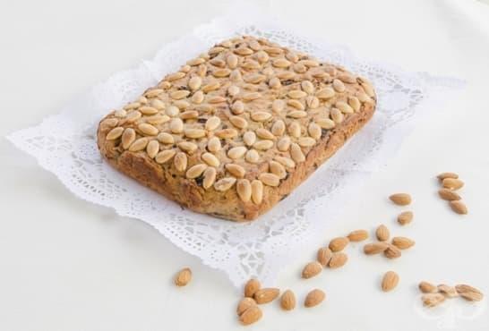 Бадемов сладкиш със стафиди и канела - изображение