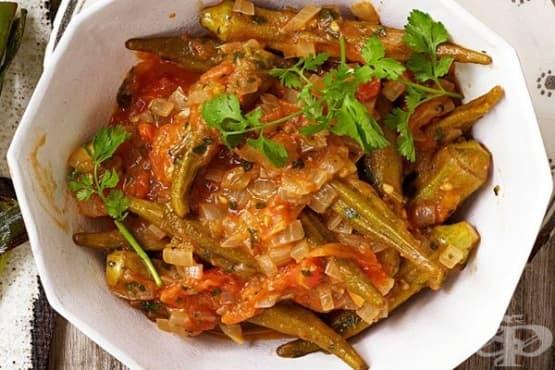 Гювеч с бамя, домати и сос от нар - изображение