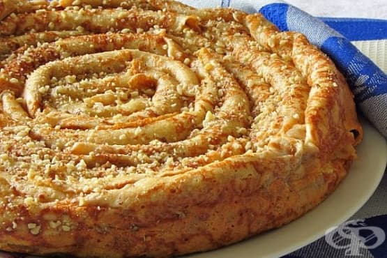 Сладка баница от палачинки с извара и орехи - изображение