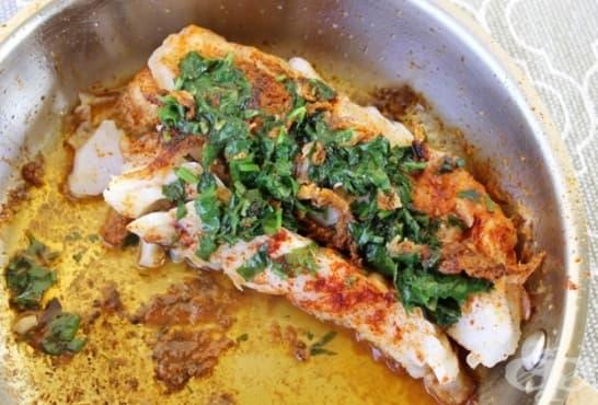 Бяла риба на фурна с портокал, магданоз и къри - изображение
