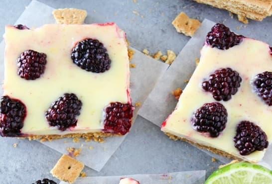Сладкиш от бисквити с бял шоколад, крема сирене и къпини - изображение