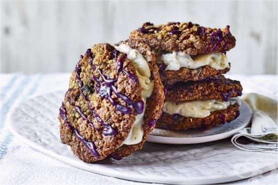 Бисквити с овесени ядки и бананов пълнеж - изображение