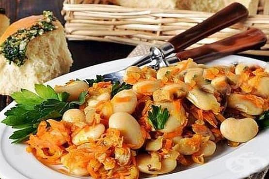 Топла бобена салата с бели гъби с лук и моркови - изображение