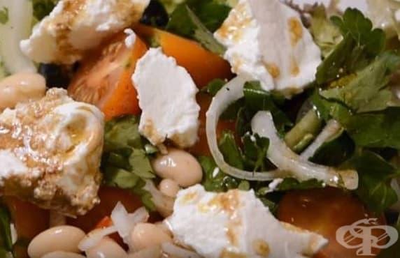 Бобена салата с домати, рикота и маслини - изображение