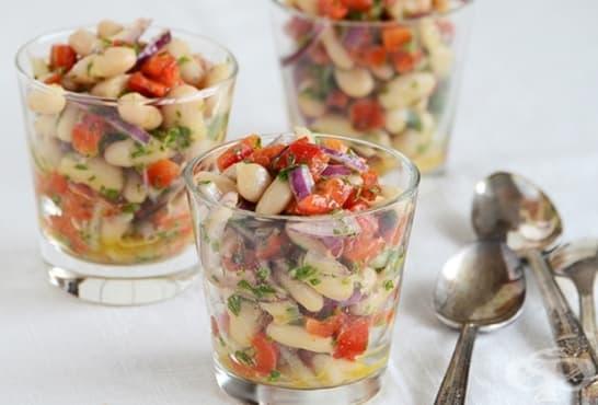 Бобена салата с чушки, магданоз и червен лук - изображение