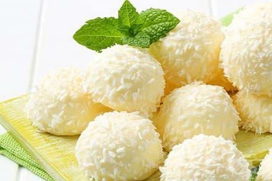 Бонбони от цветно зеле с бял шоколад и кокосови стърготини - изображение