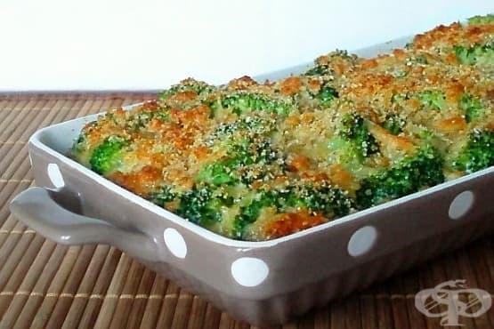 Печени броколи с картофи, бекон, пилешко и кашкавал - изображение