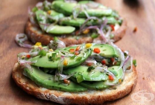 Хрупкави сандвичи с авокадо, чушка и червен лук - изображение