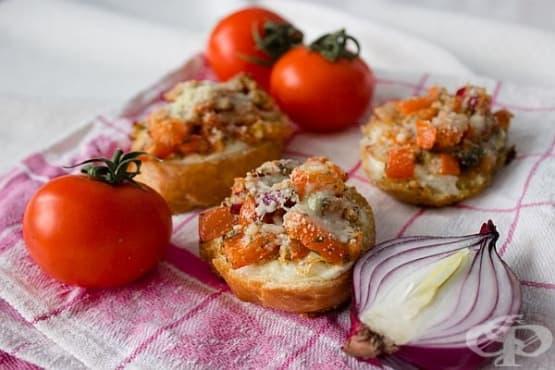 Брускети с домати, лук и сирена - изображение