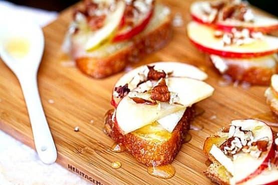 Сладки брускети с меко сирене, ябълки, орехи и мед - изображение