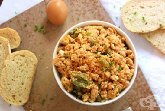 Бъркани яйца с пилешко филе и чушки - изображение