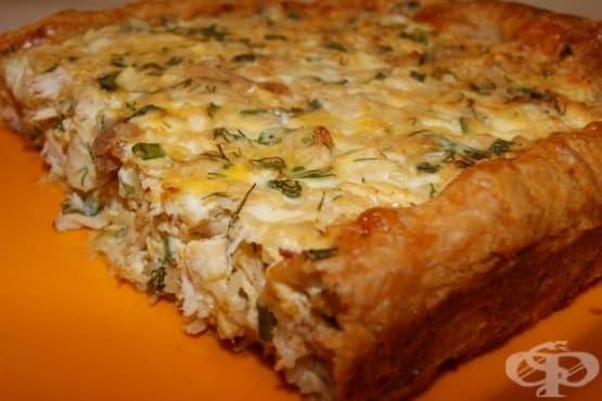 Пица от бутер тесто с пилешки гърди, печурки, лук и яйца - изображение