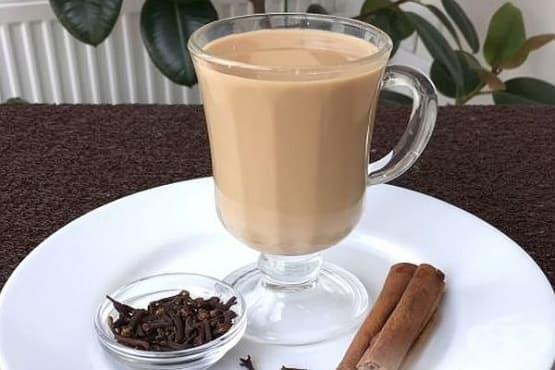 Черен чай с мляко и джинджифил - изображение