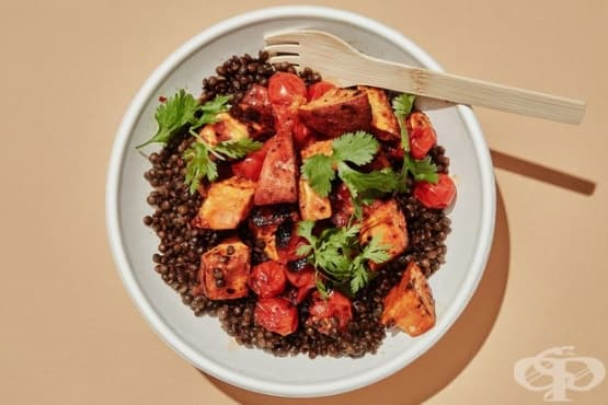Черна леща с хариса и печени зеленчуци - изображение