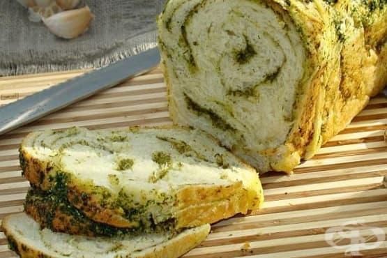 Чеснов хляб с магданоз, копър и кориандър - изображение