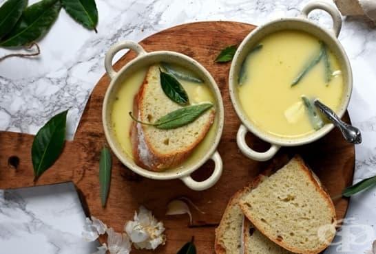 Чеснова супа с жълтъци и кисело мляко - изображение