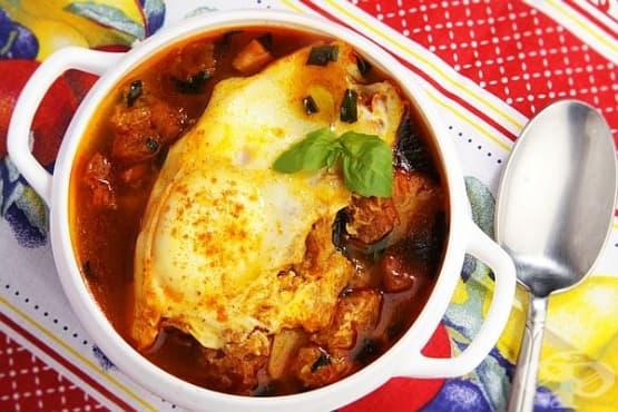 Чеснова супа с крутони, шунка и яйца - изображение