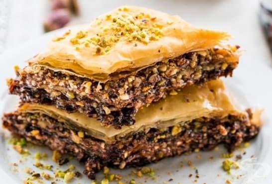 Шоколадова баклава с меден сироп, лешници, шамфъстъци и бадеми - изображение