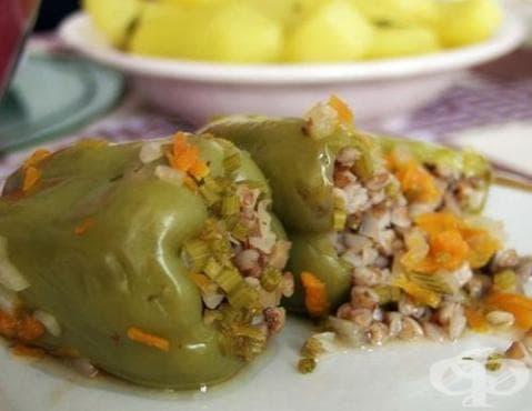 Пълнени чушки с елда в зеленчуков бульон с чесън - изображение