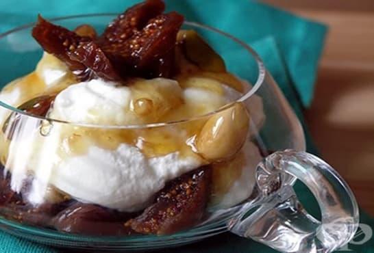 Кремчета със сладко от смокини, цедено мляко, бадеми и карамел - изображение