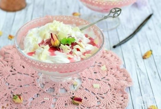 Крем с бял шоколад, сметана и сладко от рози - изображение